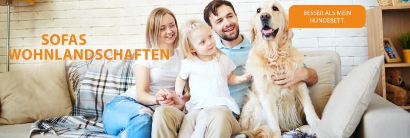 Familie mit Hund auf Sofa