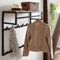 Design  Ausdrucksstarke Garderobe aus Holz und Metall Wandgarderobe mit zwoelf Haken, einer Kleiderstange und einer Ablageflaeche Echtholzgarderobe mit...